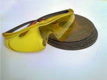 Γυαλιά ασφάλειας και ένας τροχός άλεσης στοκ εικόνες