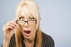 γυαλιά αυτή που κοιτάζει πέρα από τη γυναίκα Στοκ Φωτογραφία