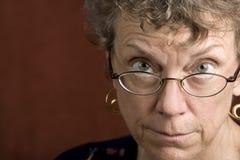 γυαλιά αυτή που κοιτάζει πέρα από τη γυναίκα Στοκ φωτογραφία με δικαίωμα ελεύθερης χρήσης