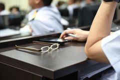 Γυαλιά γυναικών που τοποθετούνται στον πίνακα στην αίθουσα συνεδριάσεων στοκ φωτογραφίες