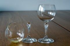 γυαλιά δύο κρασί Μισό πλήρες σπασμένο γυαλί και κενός άθικτος Στοκ Φωτογραφίες