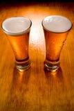 γυαλιά δύο μπύρας ανασκόπη& Στοκ Φωτογραφία