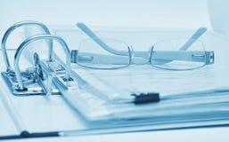 γυαλιά εγγράφων συνδέσμ&omega στοκ φωτογραφίες με δικαίωμα ελεύθερης χρήσης