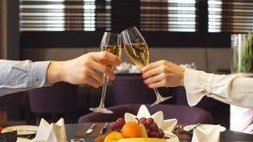 Γυαλιά εκμετάλλευσης ανδρών και γυναικών με το κρασί στο εστιατόριο απόθεμα βίντεο