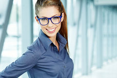 Γυαλιά εκμετάλλευσης επιχειρησιακών γυναικών Στοκ εικόνες με δικαίωμα ελεύθερης χρήσης