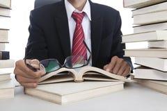 γυαλιά επιχειρηματιών βιβλίων Στοκ φωτογραφίες με δικαίωμα ελεύθερης χρήσης