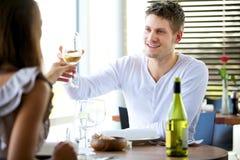 γυαλιά ζευγών που ψήνουν το κρασί Στοκ Εικόνα