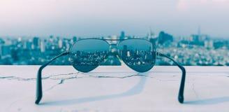 Γυαλιά ηλίου - άποψη πόλεων, εικονική παράσταση πόλης στοκ εικόνα με δικαίωμα ελεύθερης χρήσης