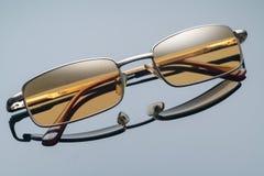 Γυαλιά ηλίου, κίτρινο γυαλί, για τα αυτοκίνητα στοκ εικόνα