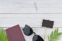 Γυαλιά ηλίου, κενοί μικροί πίνακας και διαβατήριο Στοκ φωτογραφίες με δικαίωμα ελεύθερης χρήσης
