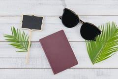 Γυαλιά ηλίου, κενοί μικροί πίνακας και διαβατήριο Στοκ φωτογραφία με δικαίωμα ελεύθερης χρήσης