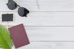 Γυαλιά ηλίου, κενοί μικροί πίνακας και διαβατήριο Στοκ Εικόνες
