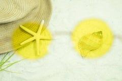 Γυαλιά ηλίου περασμάτων δείτε τον αστερία και το καπέλο στην παραλία άμμου στοκ εικόνες με δικαίωμα ελεύθερης χρήσης