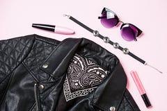 Γυαλιά ηλίου σακακιών και γυναικών ποδηλατών με το διακοσμητικό καλλυντικό στο ρόδινο υπόβαθρο Εναλλακτικό σύνολο μόδας Επίπεδος  Στοκ Εικόνες
