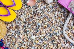 Γυαλιά ηλίου, σανδάλια πτώσης κτυπήματος και τσάντα παραλιών στην παραλία Στοκ Φωτογραφίες