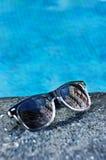 Γυαλιά ηλίου σε μια λίμνη Στοκ εικόνα με δικαίωμα ελεύθερης χρήσης