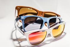 Γυαλιά ηλίου στα διαφορετικές χρώματα και τις μορφές Στοκ Φωτογραφία