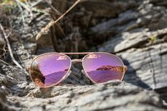 Γυαλιά ηλίου στην παραλία με την αντανάκλαση θάλασσας στοκ φωτογραφία με δικαίωμα ελεύθερης χρήσης