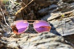 Γυαλιά ηλίου στην παραλία με την αντανάκλαση θάλασσας στοκ εικόνες