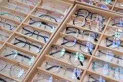 Γυαλιά ηλίου στην πώληση εκατό των ζωηρόχρωμων γυαλιών ηλίου στην αγορά peop Στοκ Εικόνες