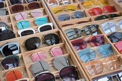 Γυαλιά ηλίου στην πώληση εκατό των ζωηρόχρωμων γυαλιών ηλίου στην αγορά peop Στοκ Φωτογραφία
