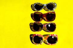Γυαλιά ηλίου στο κίτρινο υπόβαθρο Στοκ Φωτογραφία