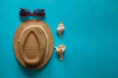 Γυαλιά και κοχύλια καπέλων ήλιων στοκ φωτογραφίες