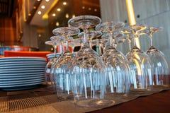 Γυαλιά και dinnerware στο εστιατόριο στοκ εικόνες με δικαίωμα ελεύθερης χρήσης