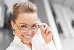 γυαλιά κοριτσιών ευτυχή Στοκ Φωτογραφία