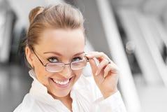 γυαλιά κοριτσιών ευτυχή Στοκ Εικόνες