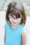 γυαλιά κοριτσιών λίγη φθ&omicr στοκ φωτογραφία
