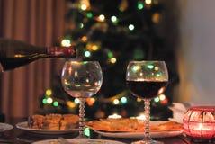 Γυαλιά, κρασί και πίνακας του νέου έτους στοκ εικόνες