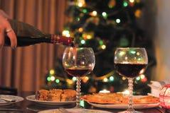 Γυαλιά, κρασί και πίνακας του νέου έτους στοκ εικόνα με δικαίωμα ελεύθερης χρήσης