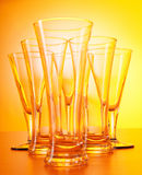 Γυαλιά κρασιού ενάντια στην κλίση Στοκ Εικόνες