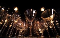 Γυαλιά κρασιού κάτω από τα φω'τα στοκ εικόνα