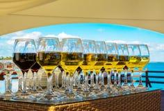 Γυαλιά κρασιού με το κόκκινο και άσπρο κρασί Στοκ Φωτογραφία
