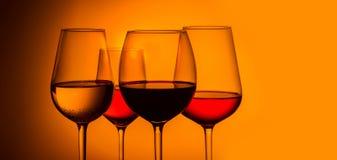 Γυαλιά κρασιού στο μπλε στοκ εικόνα με δικαίωμα ελεύθερης χρήσης
