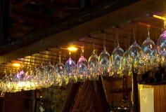 Γυαλιά κρασιού το ράφι Στοκ Φωτογραφία