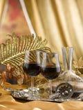 γυαλιά μίσχων κόκκινου κρασιού σε έναν πίνακα που τίθεται για τη δοκιμή του κρασιού Στοκ Εικόνα