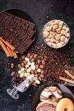Γυαλιά με τα φασόλια καφέ και φυστίκια στη σοκολάτα Στοκ φωτογραφία με δικαίωμα ελεύθερης χρήσης