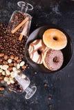 Γυαλιά με τα φασόλια καφέ και φυστίκια στη σοκολάτα Στοκ εικόνα με δικαίωμα ελεύθερης χρήσης