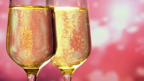 Γυαλιά με τη λαμπιρίζοντας σαμπάνια πέρα από το αφηρημένο ροζ με το υπόβαθρο καρδιών φιλμ μικρού μήκους