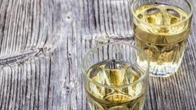 Γυαλιά με το κρασί στον ξύλινο πίνακα Στοκ φωτογραφίες με δικαίωμα ελεύθερης χρήσης
