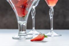 Γυαλιά με το ποτό και τις φράουλες στοκ εικόνες με δικαίωμα ελεύθερης χρήσης