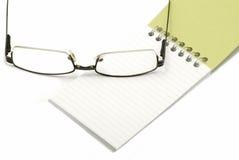 Γυαλιά με το σημειωματάριο Στοκ εικόνες με δικαίωμα ελεύθερης χρήσης
