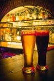 2 γυαλιά μπύρας στο μετρητή φραγμών Στοκ Φωτογραφίες