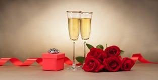 Γυαλιά, παρόν και τριαντάφυλλα CHAMPAGNE στοκ φωτογραφίες με δικαίωμα ελεύθερης χρήσης