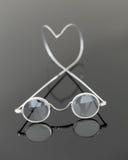 γυαλιά που ενισχύουν την παλαιά ανάγνωση ζευγαριού Στοκ φωτογραφία με δικαίωμα ελεύθερης χρήσης