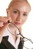 γυαλιά που κρατούν τη γυ&n Στοκ εικόνες με δικαίωμα ελεύθερης χρήσης