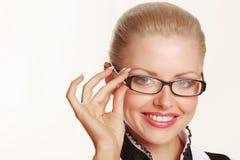 γυαλιά που χαμογελούν φορώντας τη γυναίκα Στοκ φωτογραφία με δικαίωμα ελεύθερης χρήσης